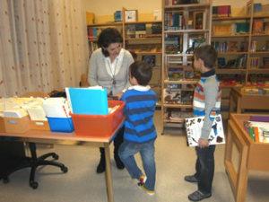 """Unser """"Bibliotheks-Engel"""" mit Schülern"""